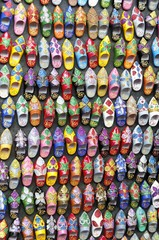 Babuschen, traditonelle Schuhe zum Verkauf an einem Stand im Souk, Basar, Essaouria, Marokko, Afrika