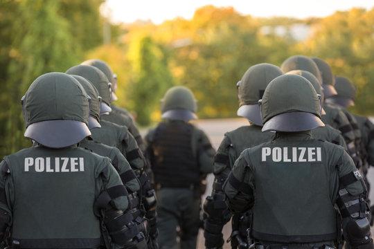 Polizeieinheit von hinten