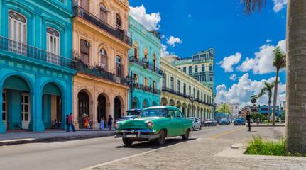 Poster Amérique Centrale HDR - Grüner Oldtimer fährt auf der Hauptstraße in Havanna Stadt Kuba an der historischen Häuserfront vorbei - Serie Kuba Reportage