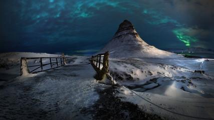 Aurora en la montaña Kirkjufell