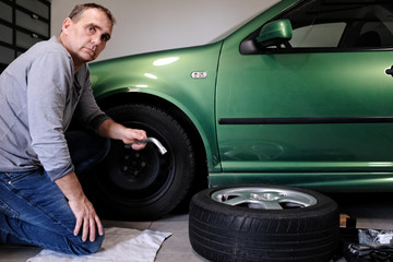 mann beim auto reparieren