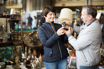 Mature couple buying antique things at the fleamarket Fototapete