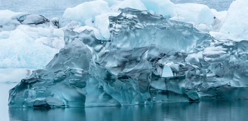 große blaue Eisformation auf dem Wasser