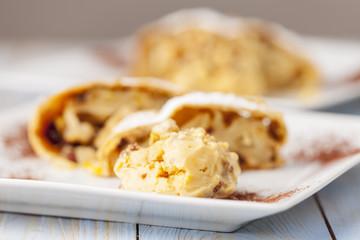 Apfelstrudel und Vanilleeis auf Tellern