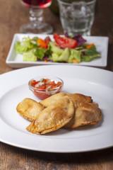 hausgemachte Empanadas mit Tomatensalsa