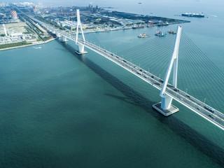 工業地帯にかかる橋