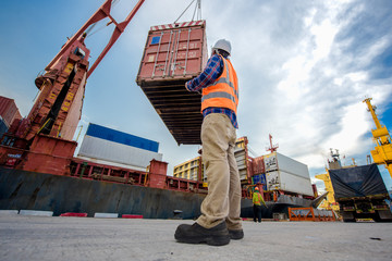 foreman takes control the operation lifting container from yard to accommodation in bay storage with report on line status of the opertation by device
