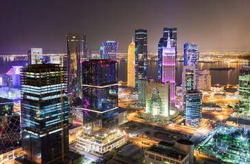 Blick auf das beleuchtete Zentrum, die Westbay, von Doha, Katar, bei Nacht Wall mural