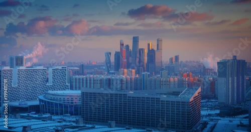 Fotobehang Moscow city skyline changing from sunset to night, zoom in on skyscrapers. Russia. 4K UHD Timelapse.