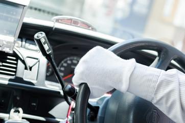 ステアリングを切るタクシードライバーの手