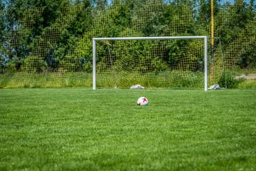 leśne boisko piłkarskie i samotna piłka