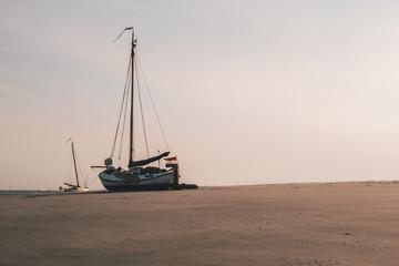 Segelboot auf einer Sandbank