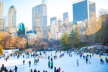 Foto auf Acrylglas New York Ice skaters having fun in New York Central Park in winter
