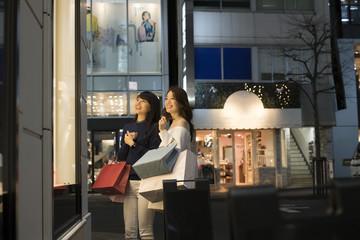 街で買い物を楽しむ若い女性たち。