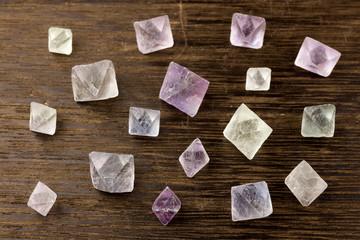 木のテーブルの上の蛍石の結晶