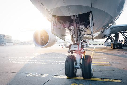 Flugzeug in der Morgen Sonne