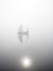Segelboot im Nebel