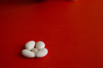 Fotobehang confetti su sfondo rosso per matrimonio