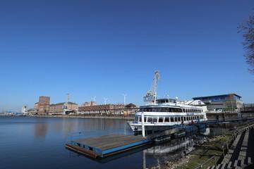 Fahrgastschiff am Rheinhafen