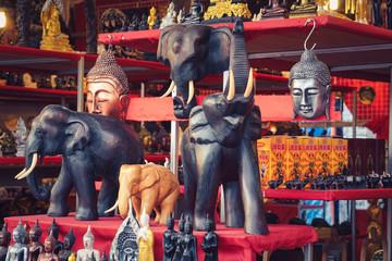 Buddhas und Elefanten Figuren Markt Bang Niang