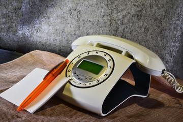 teléfono moderno imitando a uno antiguo