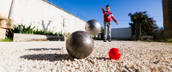 joueur de pétanque tirant une boule