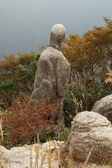 人の形をした岩