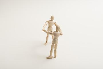 手をつなぐ人形