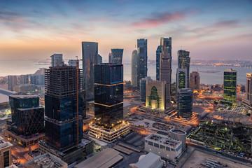 Blick auf das Zentrum von Doha, Katar, bei Sonnenaufgang