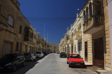 boczna uliczka i stare kamienne domy w starej części miasta w europie południowej w słoneczny dzień