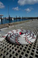 Seil aufgerollt im Bootshafen