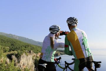 Radsportler machen ein Foto mit dem Handy