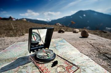 Orientamento durante una escursione in montagna