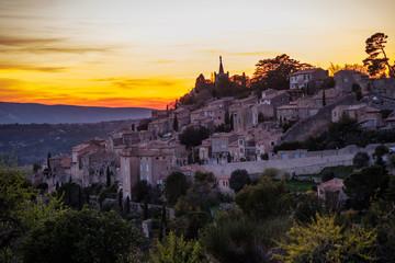 Vue panoramique sur le village de Bonnieux, Provence, Luberon, France. Coucher de soleil.