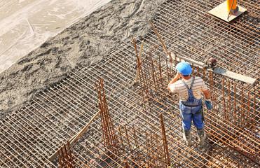 Bauarbeiter auf Bewehrung