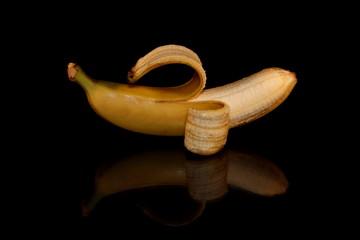 красивый желтый банан на черном фоне с отражением