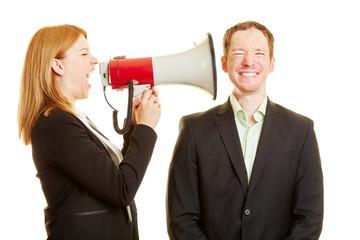 Frau schreit Mann mit Megafon an
