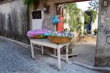 Kleiner, privater, eigener Verkaufsstand in Straße, Korb abgedeckt mit bunten Tüchern, Malinalco, Mexiko