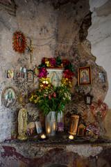 Mexikanischer Altar im Haus, Tag der Toten, Gedenken, beten, bunt, Tradition, Mexiko, Malinalco