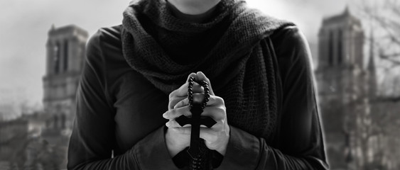 Fototapete - Christian Religion and hope concept. Woman hands praying with rosary and wooden cross on church background.
