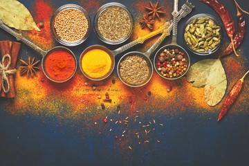 Photo sur Plexiglas Herbe, epice Wooden table of colorful spices
