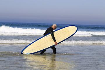 Surfeur à l'océan