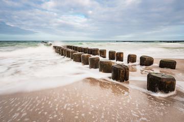 Wall Mural - Buhnen an der Küste der Ostsee an einem stürmischen Tag