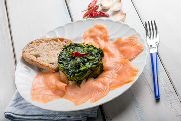 smoked salmon with spinach and sliced bread