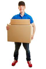Paketbote mit Paket bei Lieferung