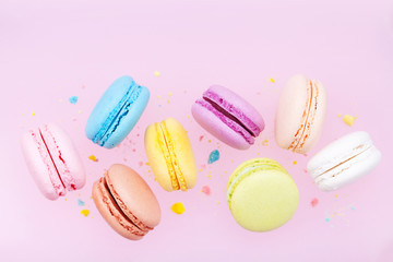 Poster Macarons Flying colorful macaron or macaroon on pink pastel background.