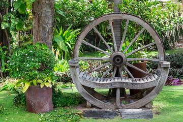 Gartengestaltung Holzrad als Sitzbank im Garten.