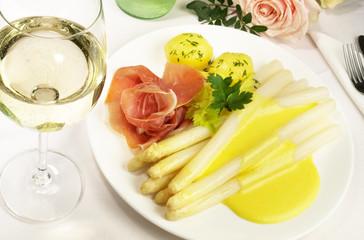 Spargel mit Sauce Hollandaise und Schinken - Weisswein