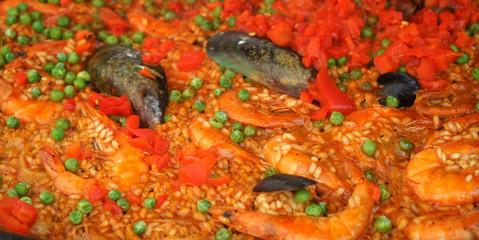 Leckere Paella mit Garnelen, Muscheln und Erbsen