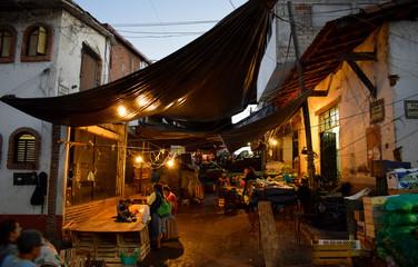 Markt am Abend mit Lichtern überdacht mit Planen, Marktstand, Händler, Verkauf, Ende, dunkel, Valle de Bravo, Mexiko